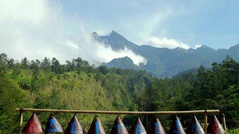 Pesona Gunung Merapi dari Kalitalang, Klaten, Jawa Tengah. Kalitalang adalah salah satu destinasi wisata untuk menikmati gunung Merapi.