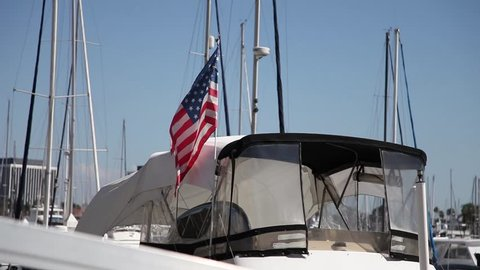 Boot im Hafen von Los Angeles mit wehender amerikanischen Flagge im Wind
