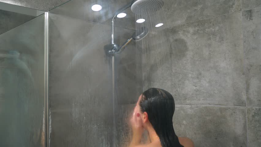 Соседка моется в душе