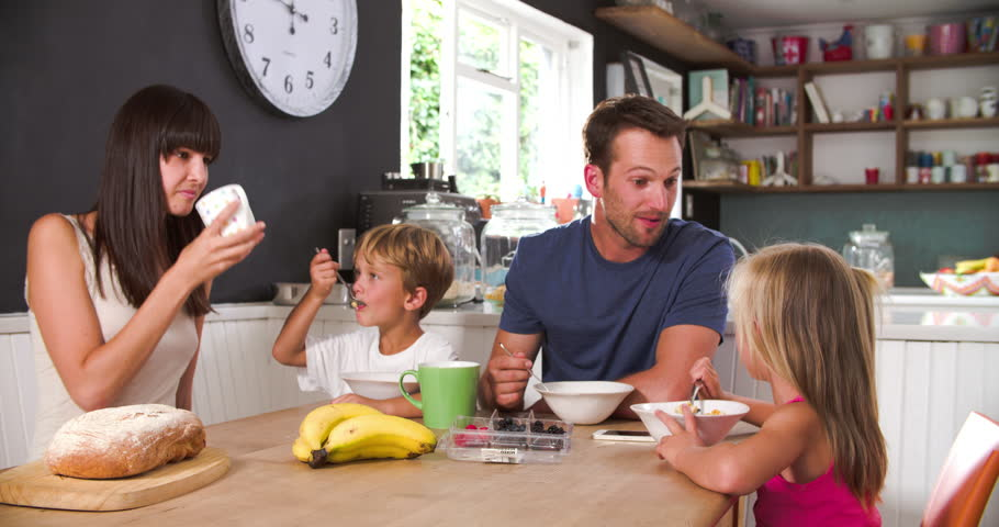 family eating breakfast - 910×480