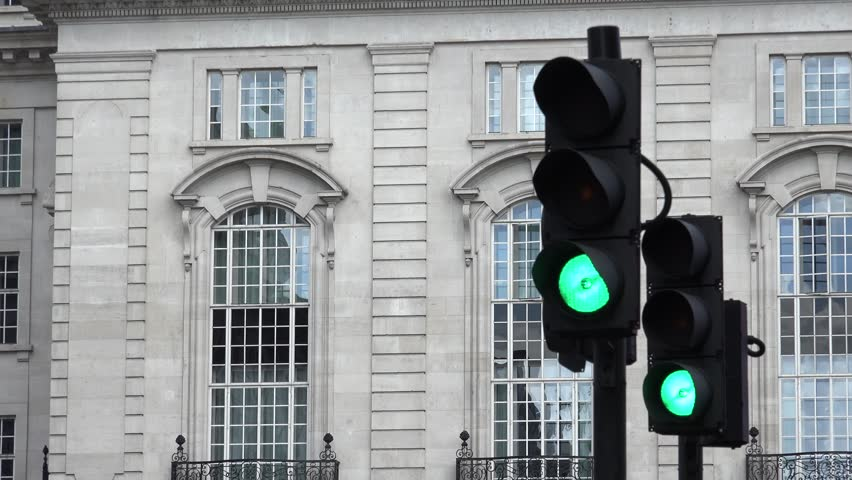 4K Traffic light color change from green in yellow and red on street in London city by day