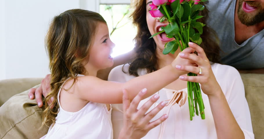 Mom receiving roses from his daugther