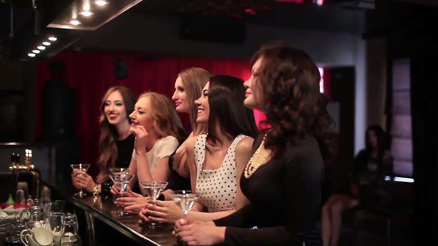Skupina mladih in seksi žensk s kajenjem v kabini-6647