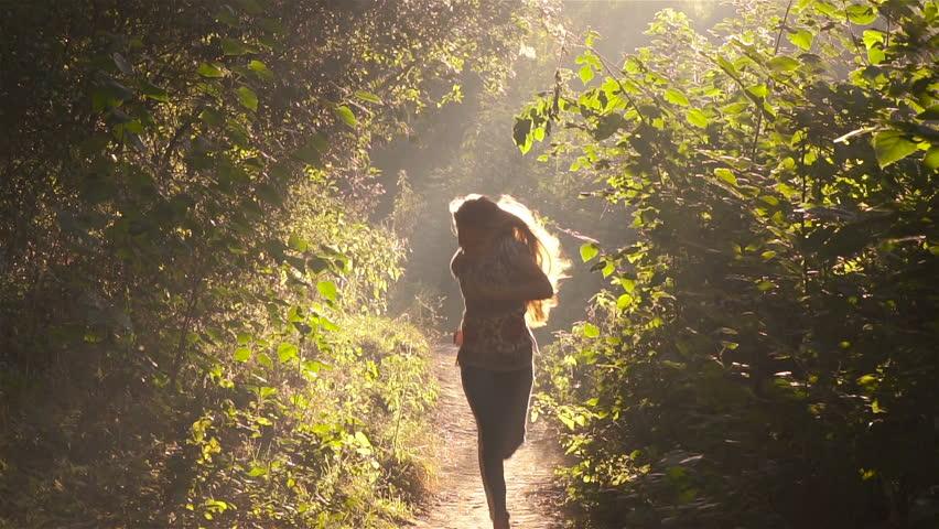 видео девушка убегает от парня в лесу брюнетка шелковом