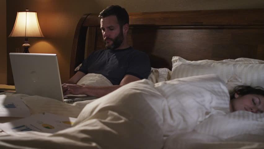 Sad kvinde i sengen med sin mand Bad Relationship Fight Stock-9589