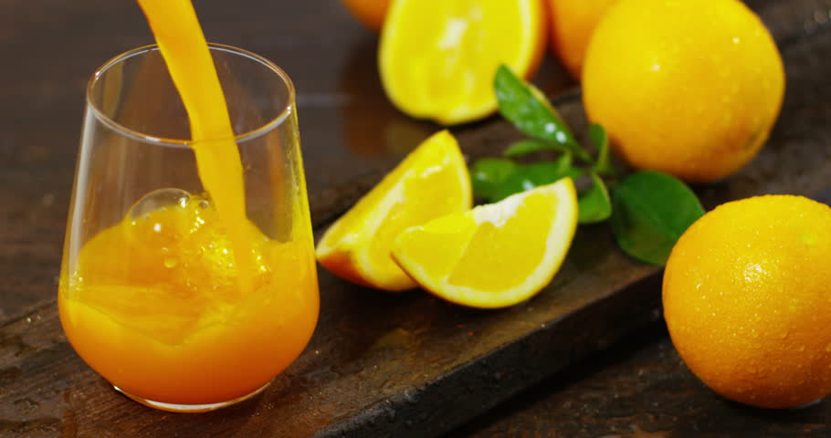 A hand pours orange juice bio, freshly squeezed orange juice to mano.Il is full of vitamins and minerals. The orange juice is great for diets, and the breakfasts to start the day full energy