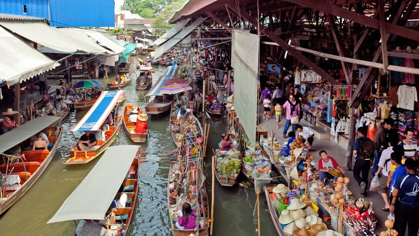 DAMNOEN SADUAK, THAILAND, FEBRUARY 25, 2012: (time-lapse view) Tourist are