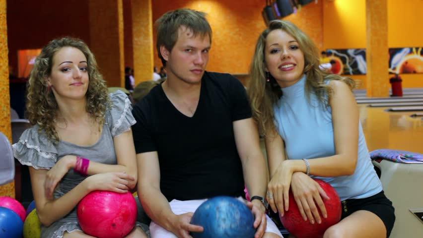 фото две девушки и один парень в клубе