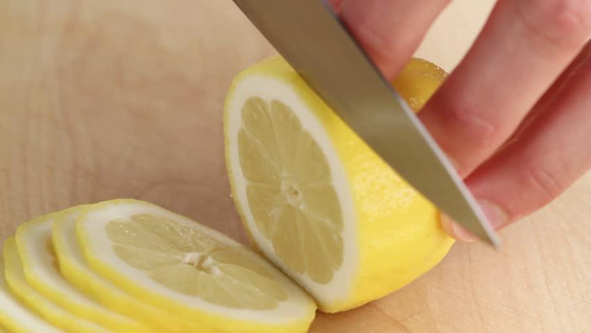 thinly slicing a lemon arkistovideomateriaali täysin