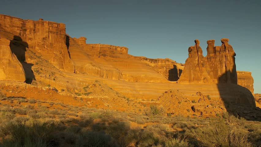 Arches National Park - three Wise Men or three Gossips - camera pans