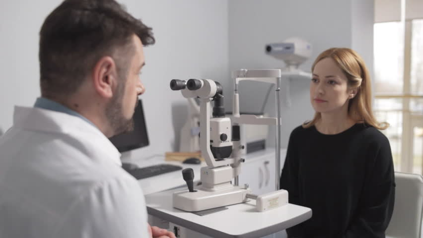 Male optometrist on consultation with patient #26327834