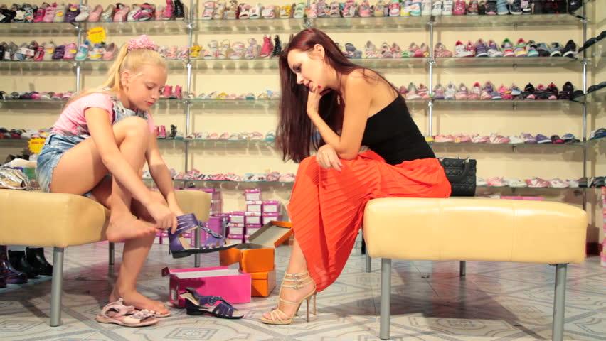 девушка онлайн магазине голая обувном в