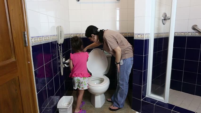 Девушки писают в туалетах скрытая камера онлайн видео 160